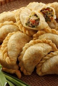 A version of the traditional empanada argentina, these delicious empanadas can be prepared as an appetizer for a barbecue or family meal. Mexican Dishes, Mexican Food Recipes, Beef Recipes, Cooking Recipes, Cooking Food, Beef Empanadas, Empanadas Recipe, Empanadas Argentinas Recipe, Argentina Food