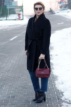 Stylizacja zimowa z czarnym płaszczem
