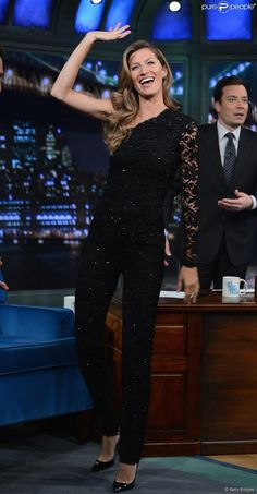 Gisele Bündchen escolheu o macacão preto Emilio Pucci para participar do talk show 'Late Night With Jimmy Fallon'