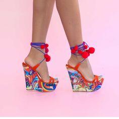 Sandalele de dama Mineli Carmen cu platformă și talpă îmbrăcată în material satinat cu imprimeu vesel, sunt ideale pentru zilele toride de vară. Inaltime toc: 15 cm Boutique, Satin, Wedges, Fashion, Sandals, Moda, La Mode, Boutiques, Wedge