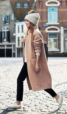 A Casual Cool Way To Wear A Blush Pink Coat Street style fashion Look Winter, Winter Stil, Fall Winter Outfits, Autumn Winter Fashion, Winter Clothes, Winter Wear, Winter 2017, Dresses In Winter, Winter Layers