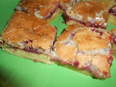Makronsnitter med hindbær Danish Cake, Danish Dessert, Danish Food, Cake Recipes, Snack Recipes, Yummy Cakes, No Bake Cake, Cupcake Cakes, Sweet Tooth