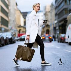 AMAZE blogger Carodaur killing it in this street style look! Perfect on the go outfit: oversized tote bag, sneakers and of course, coffee!