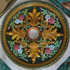 Decorative ceiling medallions is not a new idea. Describe entire history on the ceiling. To give plafond, is paint color the light, if necessary, and Home Ceiling, Ceiling Rose, Ceiling Decor, Ceiling Ideas, Ceiling Medallion Art, Ceiling Medallions, Copper Ceiling, Tin Ceiling Tiles, Pop Ceiling Design