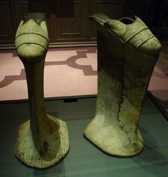 Chopines, usado como meio de alongar a silhueta e permitir mais espaço para exibição de uma  saia com tecido com pano suntuoso.