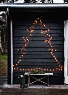 Vind jij het ook altijd zo gezellig, kerstverlichting bij de deur of in je tuin? Maak dan een sillhouette van een kerstboom, dit kan natuurlijk ook de vorm zijn van een rendier ( de kop ervan ) of kerstengel