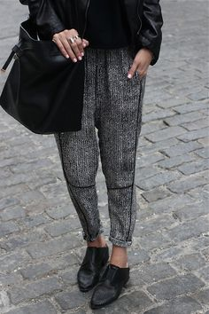 Monochromatic Ensemble - Every fashionista needs a pair of printed harem pants or joggers in their wardrobe. Mode Style, Style Me, Moda Chic, Looks Street Style, Elegantes Outfit, Looks Chic, Inspiration Mode, Look Vintage, Casual Winter Outfits