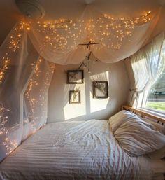Haz de tu habitación un lugar sacado de un cuento de hadas: crea un dosel encima de la cama y decóralo con luces. | 16 Geniales ideas para decorar tu habitación con pequeñas lucecitas