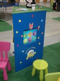 Interaktywny kącik dla dzieci. Wieża trójścienna - monitor dotykowy i manualne gry edukacyjne