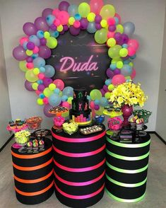 His remembrance can become a fun evening with the theme party neon! You can do many things even at home, see now! Neon Birthday, Cute Birthday Gift, Sweet 16 Birthday, 16th Birthday, Birthday Parties, Neon Party Decorations, Birthday Decorations, Party Themes, Glow In Dark Party