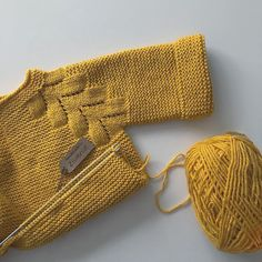 No photo description available. Baby Sweater Patterns, Knit Baby Sweaters, Baby Knitting Patterns, Baby Patterns, Easy Knit Baby Blanket, Knitted Baby Blankets, Baby Pullover Muster, Crochet Baby, Knit Crochet