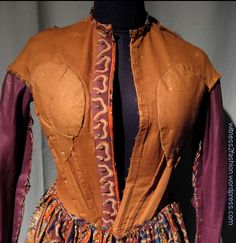 Printed wool challis dress, circa - inside showing darts, boning, metal hooks in the placket and bust padding Victorian Women, Victorian Fashion, Victorian Dresses, Victorian Gothic, Gothic Lolita, Civil War Fashion, Civil War Dress, 19th Century Fashion, Period Outfit