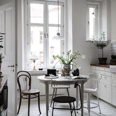 Köket på Hvitfeldtsgatan 11a För @bjurfors_goteborg  Foto: Alen Cordic, SE 360 #lägenhettillsalu#bjurfors_goteborg#emmahos#styledbyemmahos#godmorgon!
