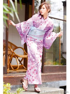 It looks like the cherry blossoms are falling down like rain and the pink colour to represent the flowers. Japanese Yukata, Japanese Costume, Japanese Outfits, Japanese Girl, Yukata Kimono, Kimono Japan, Traditional Fashion, Traditional Dresses, Kimono Tradicional