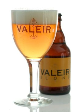 Valeir Blond, Brouwerij Contreras Gavere Alcoholic Drinks, Cocktails, Belgian Beer, Wine And Beer, White Wine, Craft Beer, Brewing, Wine Glass, Beer 101