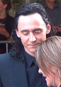 Tom Hiddleston on the set of Thor: Ragnarok (23.08.2016) Video: https://www.youtube.com/watch?v=b4MvQ3lVrW4