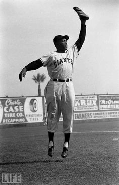 my dad use to take me to candlestick park when I was little and we'd watch Willie.have a dog, and scream until there were no voices left! Giants Baseball, Baseball Players, Baseball Season, Baseball Pictures, Baseball Stuff, Willie Mays, Ny Mets, Sports Figures, National League