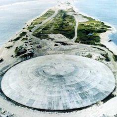 Jaka to wyspa? Runit, Wyspy Marshalla, atol Eniwetok! Po II wojnie światowej atol Eniwetok stał się amerykańskim poligonem jądrowym. W roku 1977 rozpoczęto jego oczyszczanie. W ciągu trzech lat 85000 m3 skażonej gleby zmieszano z cementem portlandzkim i umieszczono w jednym z kraterów poatomowych. Dziś, betonowa kopuła staje się coraz bardziej popularną atrakcją turystyczną.