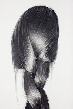 Hong Chung Zhang es una artista que trabaja con diferentes materiales, como carboncillo, lápiz de grafito y pinturas al óleo. Lo que no cambia es el motivo principal de sus creaciones: el cabello de Hong Chung Zhang es un símbolo a veces críptico, a veces lleno de ironía, a veces atemorizante, pero siempre extraño y sugestivo.