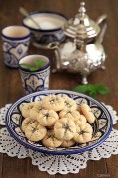 Las galletas Persas de arroz o Naan e Berenji, son unas galletas sencillas de preparar con un sabor muy suave a agua de rosas y cardamomo.