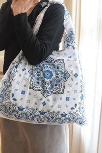 Bandana Crafts, Cute Crafts, Handmade Bags, Handmade Crafts, Bandana Quilt, Sewing Crafts, Sewing Projects, Denim Handbags, Craft Bags