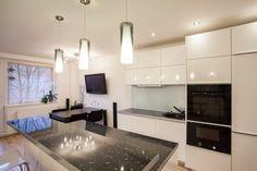 Weiße Küche mit schwarzen Zähler nach oben