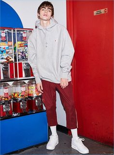 Sporting an oversized Champion hoodie, Lennon Gallagher also wears Fairplay track pants and Reebok Classic sneakers in white. Lennon Gallagher, Anais Gallagher, Gene Gallagher, Champion Socks, White Champion Hoodie, Reebok Classic Sneakers, Mens Sweatshirts, Hoodies, Sporty Style