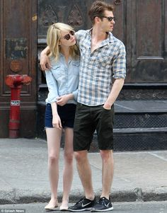 Awww such an adorable couple! Andrew Garfield and Emma Stone enjoy a romantic stroll in New York City. via dailymaill.co.uk