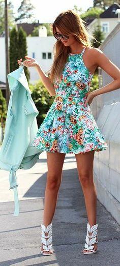 Vestido floreado con colores frescos y chaqueta color menta