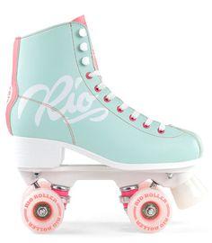 Rio Roller Rollschuhe Script Teal/Coral I can roller skate.barely lol but I do enjoy it. Retro Roller Skates, Quad Roller Skates, Roller Derby, Roller Skating, Dr Shoes, Cute Shoes, Rio Roller, Rollers, Mode Kawaii