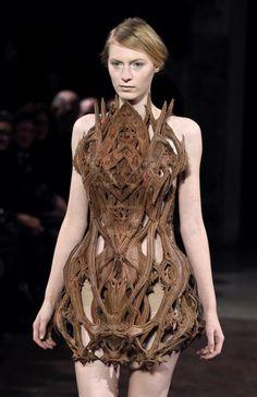 """Lady pouet-pouet n'a qu'à bien se tenir avec sa robe en steak : La robe version """"Impression 3D !"""