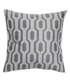 Grijs/dessin. Een kussenhoes met een jacquardgeweven dessin aan de voorkant en een effen achterkant van geweven katoenen kwaliteit.…