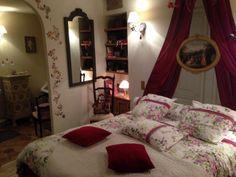 Jérôme découvre sa belle chambre au style romantique et chaleureuse dans les tons rouge...