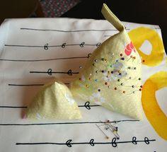 Ce mois ci pour le Projet DIY qui avait pour thème les imprimés fleuris nous avons choisi de vous montrer le pique aiguille version XL en forme de berlingot et faisable en 15 min. Pour le notre il … Couture, Fruit, Pique, Shape, Haute Couture