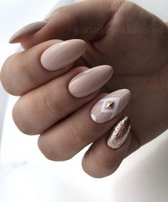 Glitter almond nail art designs are very suitable for summer. Glitter on your nails will catch everyone's eyes. You can try to design with nude nails and gold glitter nails. Nude Nails, Black Nails, Nail Manicure, My Nails, Nail Polish, Gold Nails, Pale Pink Nails, Prom Nails, Stiletto Nails