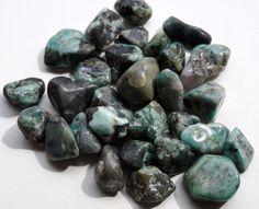 smaragd Deze steen is verbonden met Aartsengel Rafaël en de smaragdgroene straal van genezing.