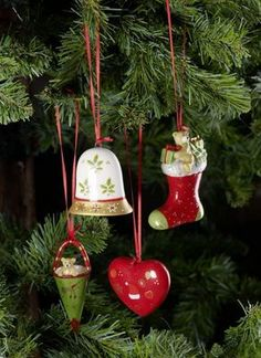 Décoration De Sapin De Noël via decofinder.com Decorations, Christmas Time, Christmas Ornaments, Style Deco, Holiday Decor, Home Decor, Pinecone Ornaments, Berry Wreath, Dekoration
