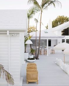 Outdoor living from Three Birds Renovations with a white finish for HardieDeck! Hamptons Decor, Hamptons Beach Houses, White Beach Houses, Coastal Homes, Coastal Living, Weatherboard House, Queenslander, Three Birds Renovations, Estilo Tropical