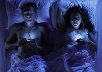 Serata romantica a lume di smartphone