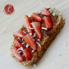Beet Hummus Toast by www.livelifenutrition.net  #toast #almondbutter #almonds #peanutbutter #breakfasttoast #strawberries #recetasaludable #vegan #yogurt #healthy #breakfast #desayuno #nutriticion #salud #plantbased #nodairy #vegano #saludable