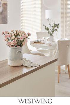 Spełnij swoje marzenie o pięknej i praktycznej kuchni. Zaopatrz się w  najlepsze naczynia, pojemniki do przechowywania, sztućce i nie zapomnij o równie ważnych dekoracjach! Spraw sobie kuchnię, z której nie będziesz chciała wychodzić! // Kuchnia Jadalnia Meble Marmur Kuchenne Wnętrze Wyspa Stół Krzesła Biała Kwiaty #wnętrze #kuchnia #jadalnia #inspiracja #dekoracje #Westwing  #WestwingNow My Bar, Shabby Chic, House Design, Dining Rooms, Interiors, Home Decor, Unhappy People, Houses, Home Ideas