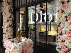 Veevers Carter creates stunning Valentines floral installation for Dior. Veevers Carter were back at Dior this month creating a spectacular installation to celebrate the launch of their Miss Dior. Dior Flower Wall, Dior Flowers, Dior Shop, Flower Installation, Luxury Store, Bastille Day, Perfume, Luxe Life, Rich Girl