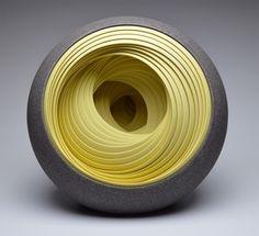 Esculturas y vasijas de arcilla en capas concéntricas