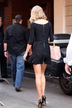 taylor-swift-seen-in-a-black-mini-skirt-walking-in-london_6.jpg (1200×1800)