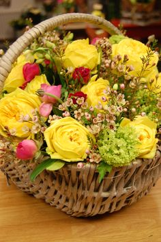 Just gorgeous . just yellow ✨ Vase Centerpieces, Vases Decor, Beautiful Roses, Beautiful Flowers, Good Morning Cards, Flower Decorations, Table Decorations, Corporate Flowers, Special Flowers