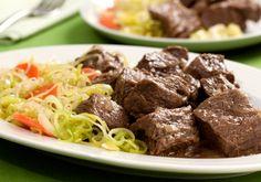 O toque especial dessa receita de cozido de acém e legumes é deixar a carne bem macia. O tempero dos legumes fica por conta da mante