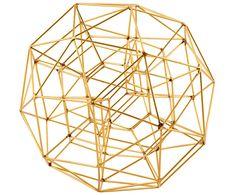 Sie haben eine Schwäche für Kunst? Dann holen Sie sich die die goldfarbene Skulptur GLOBE von House Doctor nach Hause. Feine Metallstäbe formen sich zu dem kunstvollen Deko-Ball und sorgen für einen ausgefallenen 3D-Look. Outen Sie sich vor Ihren Freunden als Kunstliebhaber.