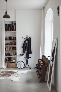 Wertvoll - location rental with character - Hege in France - love the shoe storage and the long curtains
