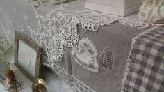 I tessuti provenzali: adoro il contrasto del pizzo sui quadretti.  L'allestimento della nuova vetrina, Marzo 2015
