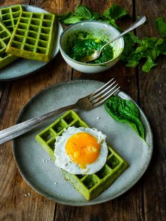Gaufres au pesto d'épinards Spinach waffles, you had to dare yes I grant you, but here salty waffles Healthy Breakfast Recipes, Brunch Recipes, Budget Recipes, Pizza Recipes, Vegan Recipes, Clean Eating Kids, Healthy Recipe Videos, Lunch Snacks, Aesthetic Food